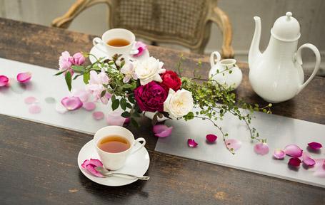 テーブルランナーと花